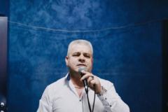 Поет Илья Шеремет